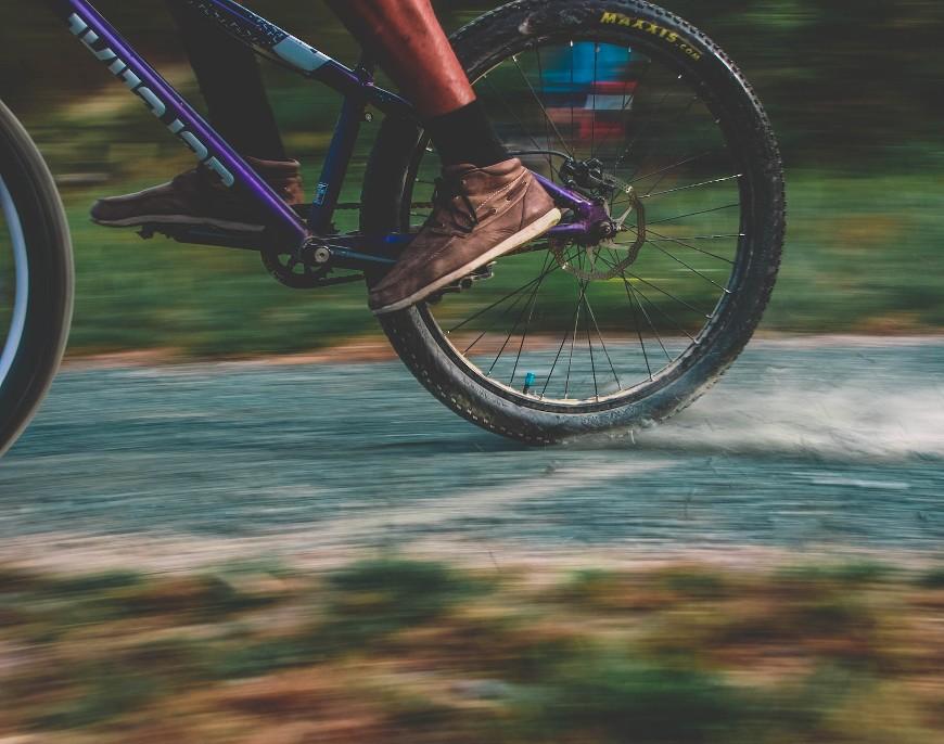 Rowery trekkingowe – dlaczego są świetne na wyprawy rowerowe po polnych drogach i lesie? Czy mogą konkurować z rowerami górskimi?